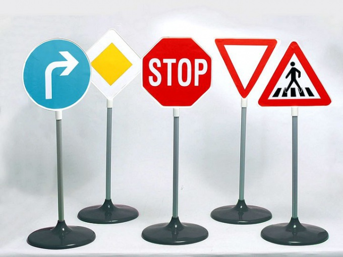 What are the installation rules of road signs