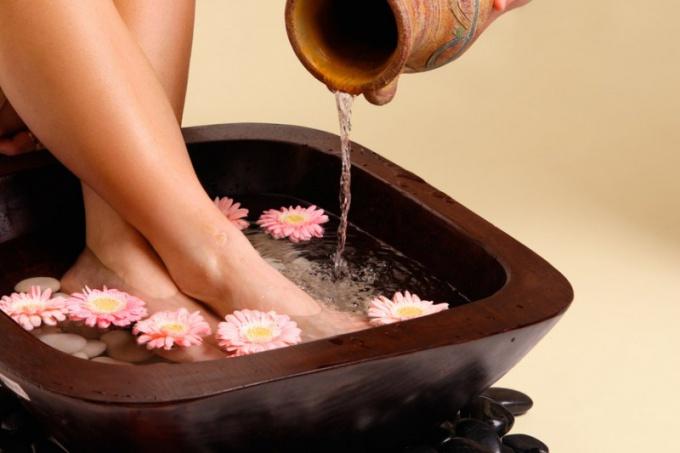 Можно ли парить ноги при высокой температуре