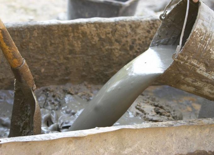 Цементный раствор тщательно перемешивают