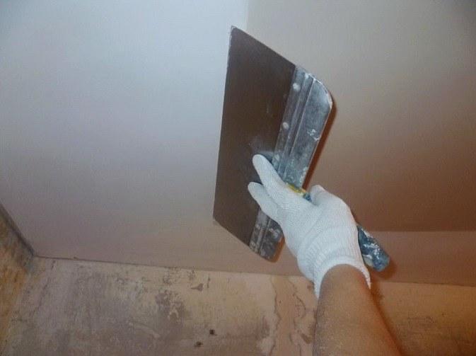 Как и чем лучше выравнивать потолки