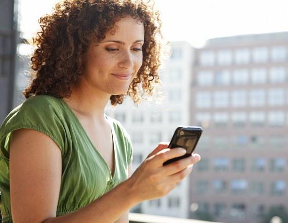 Почему женщины любят долго говорить по телефону