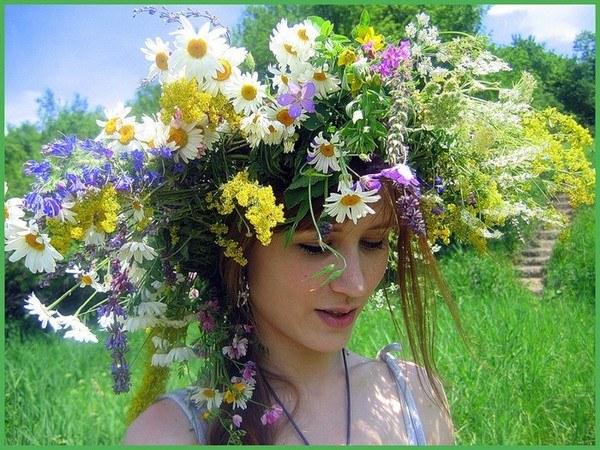 Венок из искусственных цветов.