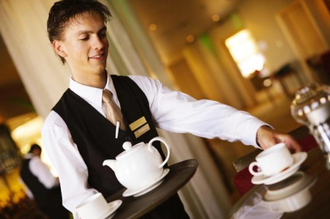 Работа официантом - временный заработок или профессия