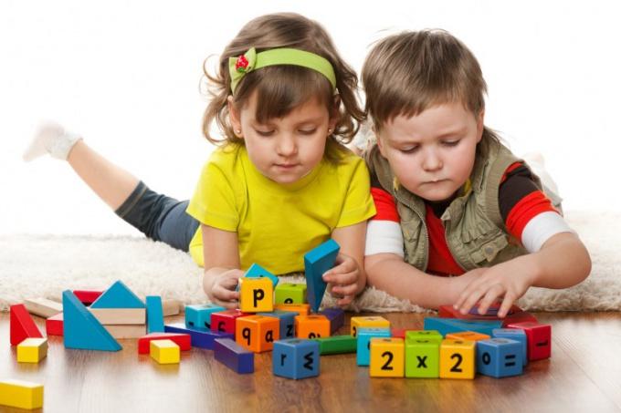 дети с развивающими кубиками