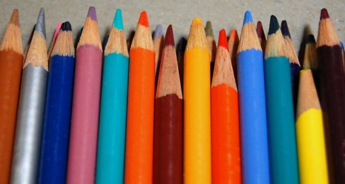 Кроссовки можно рисовать цветным карандашом