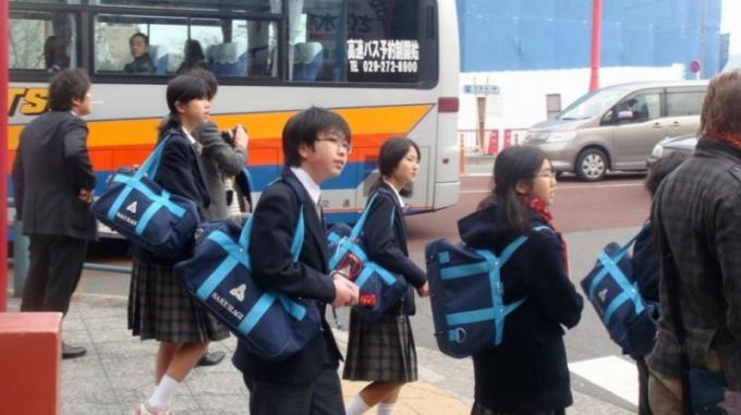 Школьные сумки через плечо: вредят ли они ребенку