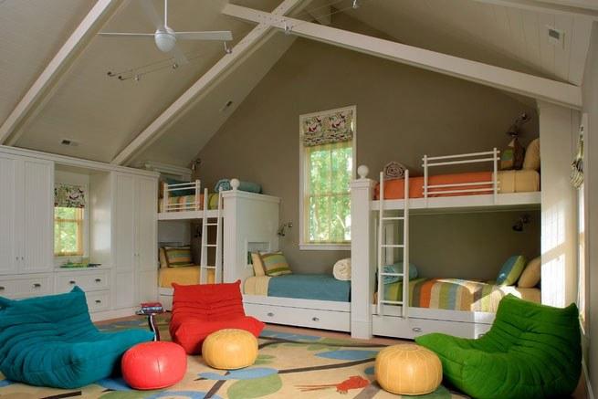 Спальня в мансарде может вместить несколько жильцов