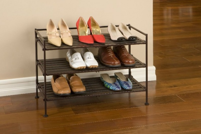 Стильная мебель для прихожей: этажерка для обуви