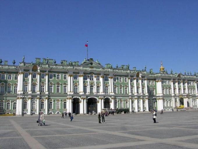Выйдя на Дворцовую площадь, вы сразу увидите Государственный Эрмитаж