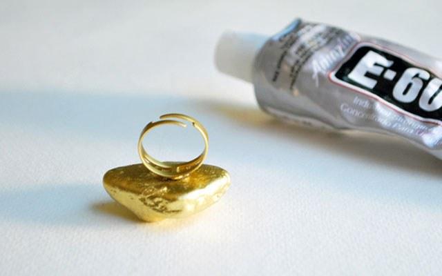Прикрепляем окрашенный камушек к заготовке для кольца, используя клей