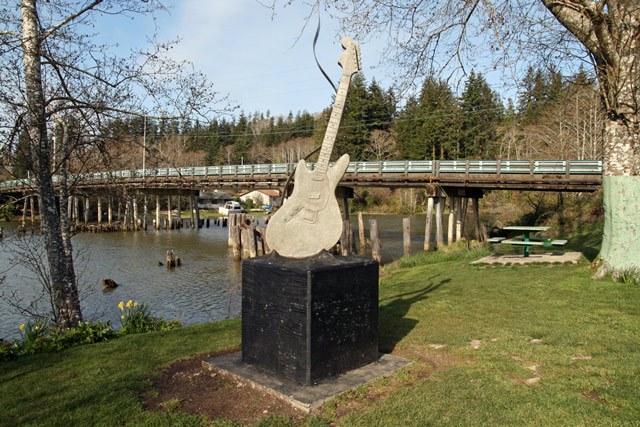 Памятник гитаре Курта Кобейна в его родном городе Абердине