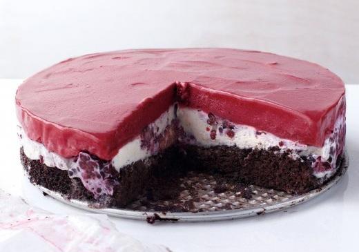 Как приготовить шоколадно-ежевичный торт с пломбиром и сорбе