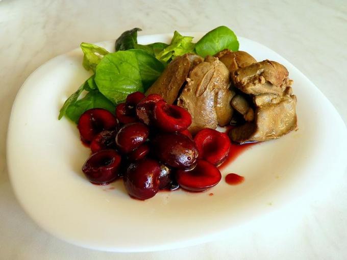 Куриная печень с кисло-сладким соусом из вишни