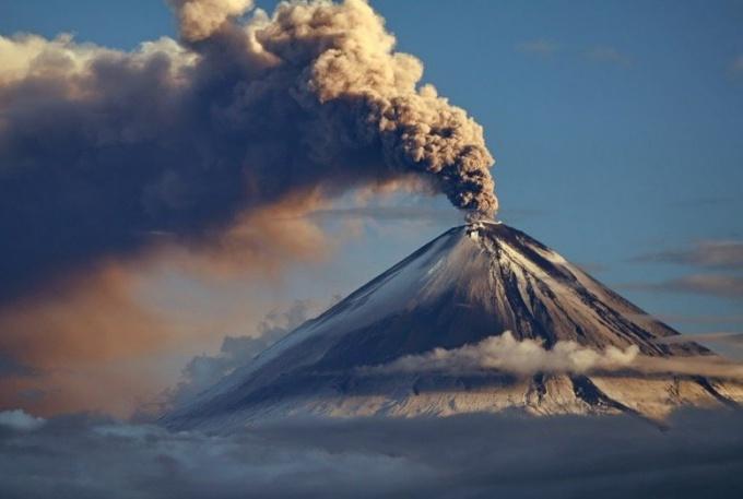 Что выходит при извержении вулкана