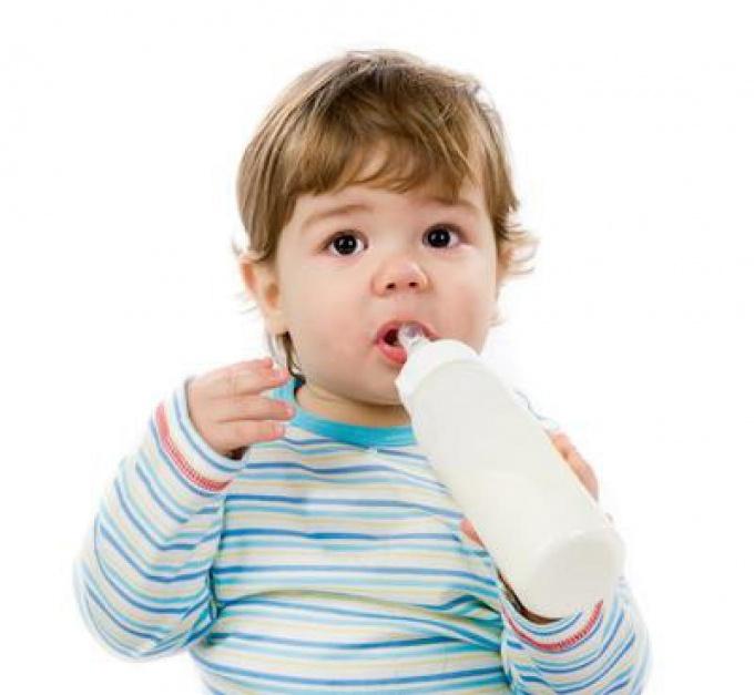 малыш пьет из бутылки