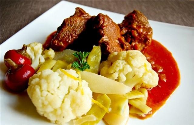 Сочетание тушеной говядины с овощами считается классическим