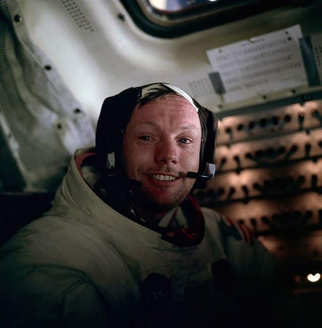 Кто первым высадился на Луне