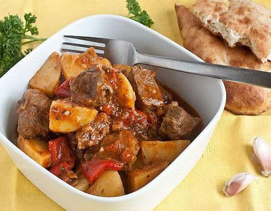 Тушеное в духовке мясо - вкусное блюдо и для повседневного, и для праздничного стола