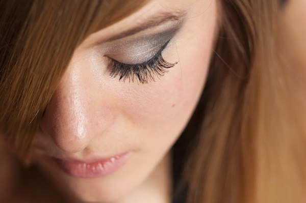 How to use an eyelash conditioner