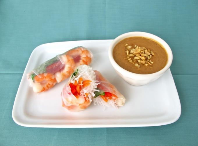 Как приготовить спринг-роллы с креветками и арахисовым соусом