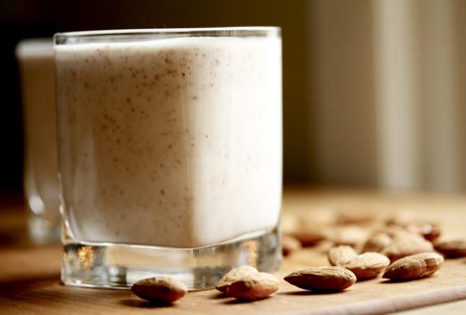 Как приготовить миндальное молоко и коктейли из него