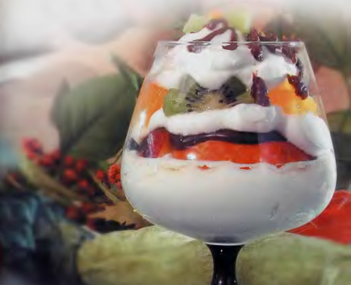 Десерт с бисквитом, фруктами и желе