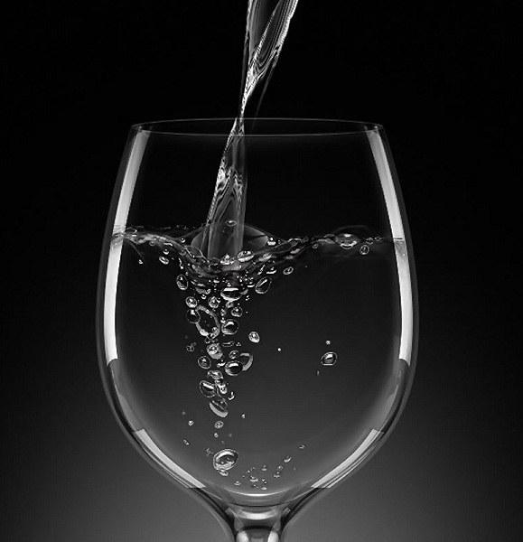 Бокал с минеральной водой