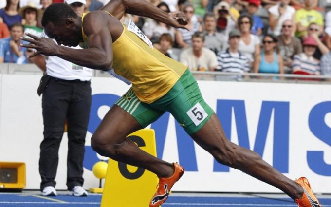 С какой средней скоростью бегает человек