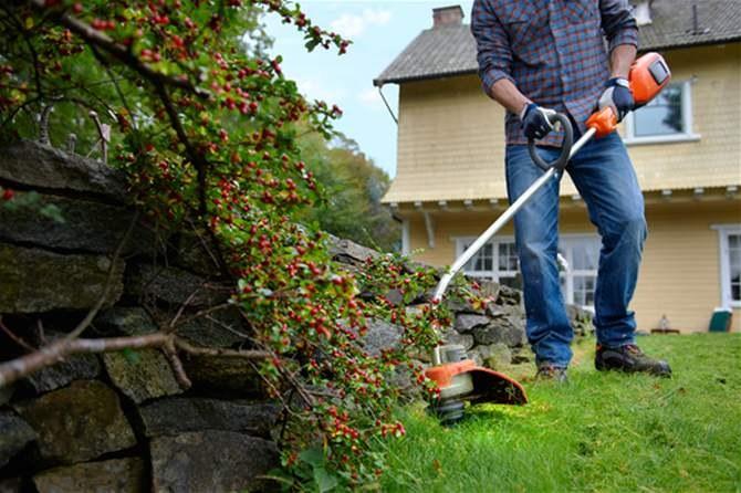 Мототриммером удобно подстригать газон