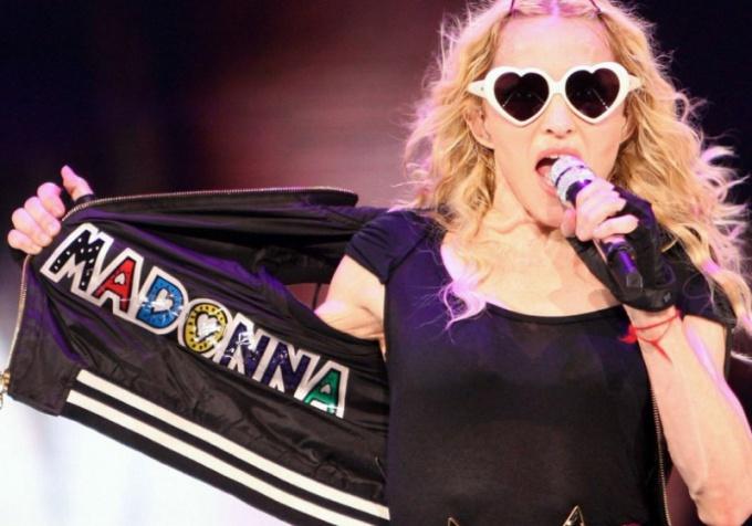 Мадонна носит на левой руке красную нить Каббалы