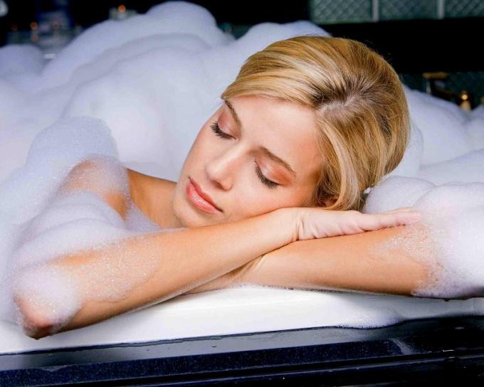 Очень полезно перед самым сном принять ванну, только теплую, горячую можно лишь за 1,5-2 часа до сна