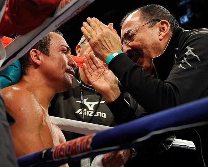 Работа тренера по боксу продолжается и во время боя, у ринга