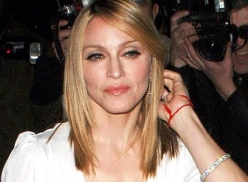 Почему знаменитости носят красную нить на запястье