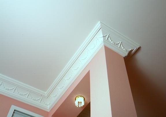 Как подобрать потолочный плинтус