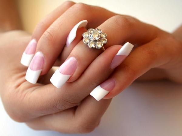 Acrylic nails: advantages and disadvantages