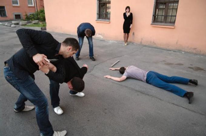 Как защитить девушку от хулиганов