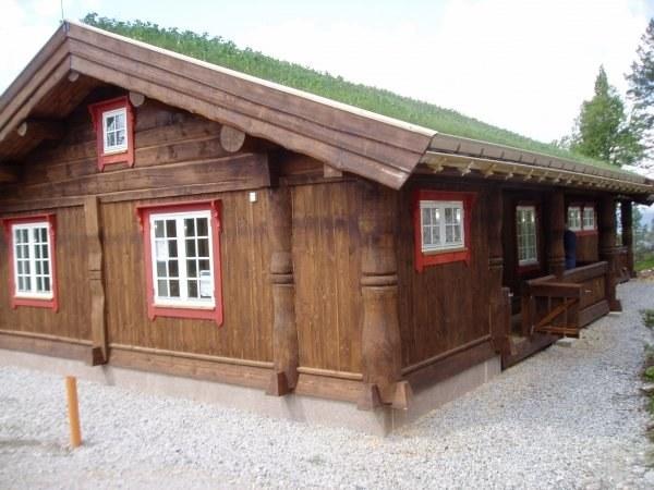 Дом может быть выстроен и из вертикально уложенного бруса