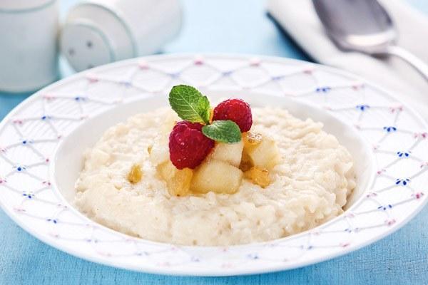 Специально для маленьких сладкоежек молочные каши подают с фруктами, заправляют вареньем или поливают сладкими соусами
