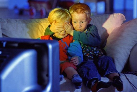 С какого расстояния можно смотреть телевизор детям
