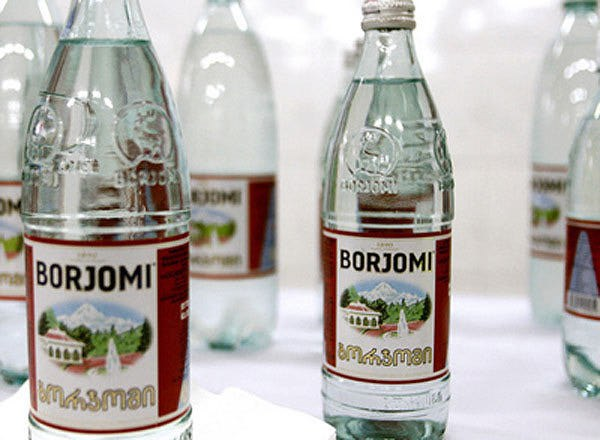 Какая минеральная вода отменнее: в пластике либо в стекле