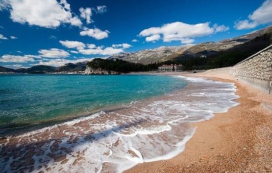 Побережье Черногории в пляжный сезон