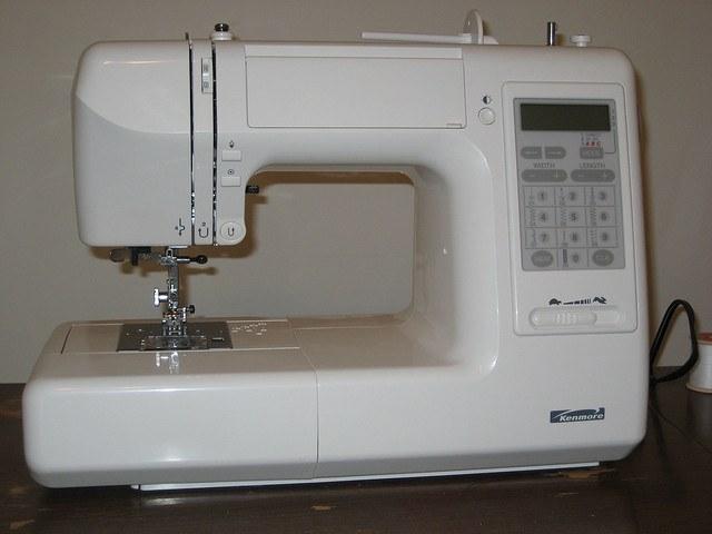 Современная программируемая швейная машинка