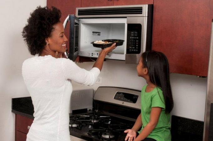 Как микроволновая печь влияет на продукты