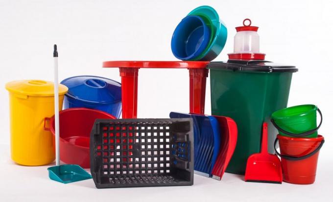 Пластмасса - основной материал для выпуска товаров для повседневного использования.
