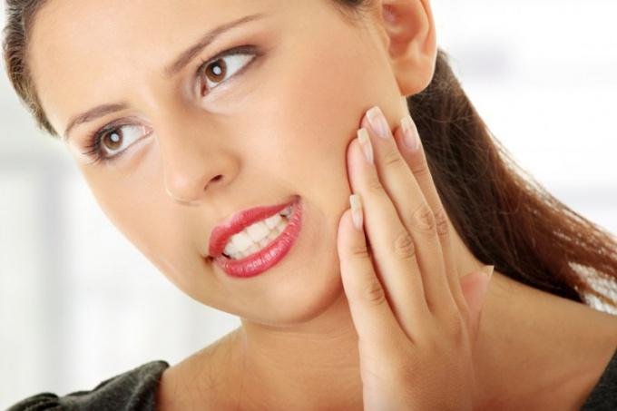 Почему зуб может отойти от десны