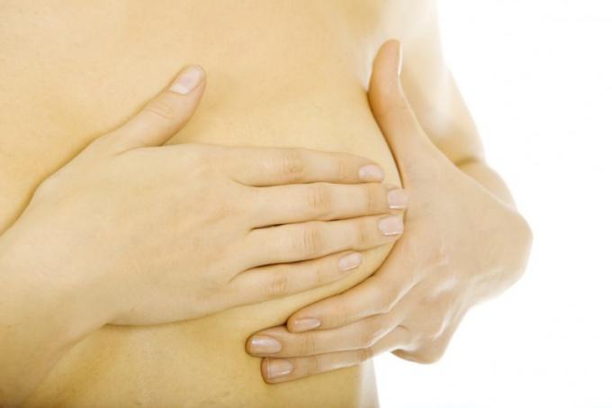 Как самостоятельно обследовать молочные железы