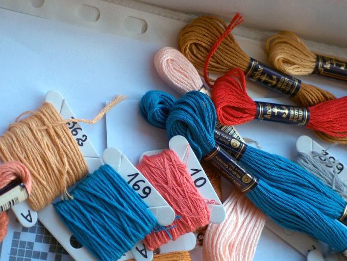 Для пинеток нужны остатки шерсти двух контрастных цветов