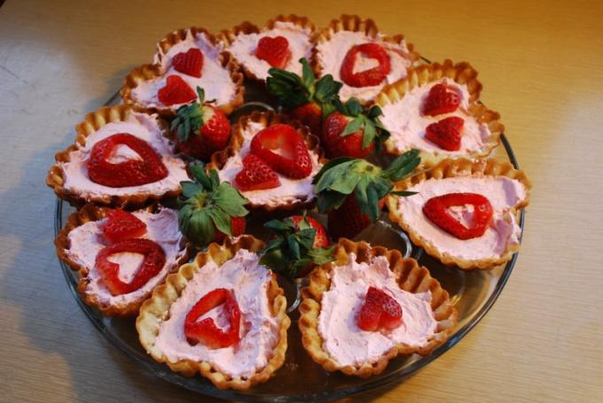Пирожные тоже можно сделать в виде сердечек