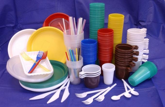Столовые приборы из пластика вызывают гораздо меньше вопросов, чем тарелки и стаканчики