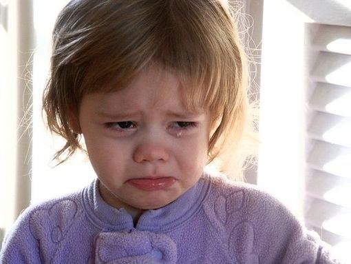 Девочка со слезами на глазах